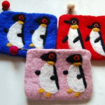 ネパールのフェアトレード。モコモコの羊毛フェルトに、ペンギンのモチーフがかわいいポーチ