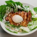 野菜で外食応援プロジェクト『MOTTO VEGE』に賛同する〈ワタミ〉の期間限定 新メニュー「有機ロメインレタスとケイジャンチキンのごちそうシーザーサラダ」
